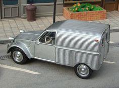 Entre los años 1948 y 1990 se produjeron 1.246.306 unidades de 2CV con la carrocería furgoneta. Las características de utilitari... 2cv6, Cool Vans, Automotive Design, Old Cars, Cars And Motorcycles, Vintage Cars, Dream Cars, Classic Cars, Automobile