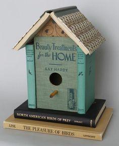 Zo'n leuk idee dit vogelhuisje van boeken.
