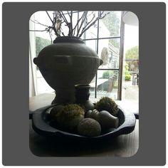 Schaal uit Nepal gedecoreerd met mosballen een ornamentje en stenenen ballen en een kruikje