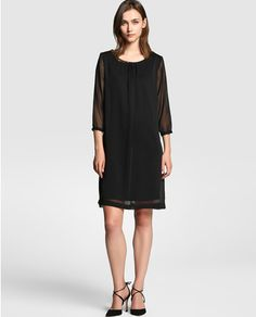 Vestido negro con aplique tipo joya en escote