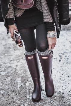 Hunter Boots combine - Outfit idea with wine red rubber boots - Julie& dress code - Snow Fashion, Winter Fashion, Fashion Boots, Street Fashion, Fashion Outfits, Casual Winter Outfits, Fall Outfits, Stylish Winter Boots, Dress Code