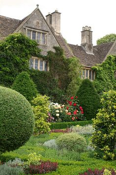 Organic Gardening In Raised Beds English Country Gardens, English Countryside, Beautiful Landscapes, Beautiful Gardens, Garden Cottage, Home And Garden, Famous Gardens, Formal Gardens, Longwood Gardens