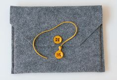 DIY felt iPad sleeve http://www.barefootstyling.nl/