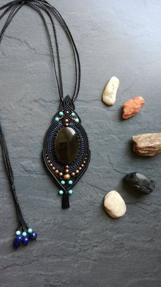 Pendant macrame and semiprecious stones: cabochon Golden Obsidian, turquoise and brass beads. Made entirely by hand. Macrame Colar, Macrame Earrings, Soutache Jewelry, Macrame Jewelry, Beaded Necklace, Wire Jewelry, Polymer Clay Necklace, Polymer Clay Pendant, Wire Wrapped Earrings