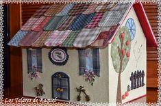 ¡¡Hola amigas!! Cuánto tiempo sin pasar por aquí, tengo el blog abandonado, y no es por ganas de compartir cositas con ustedes, sino, c... Felt Crafts, Diy And Crafts, Quilting Projects, Sewing Projects, Cute Little Houses, Felt House, Embroidery Stitches Tutorial, Shabby Chic Crafts, Fabric Houses