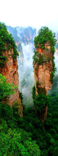 Zhangjiajie, provincia de Hunan, China - Zhangjiajie léase Zhang-Chíachie es una ciudad-prefectura en la provincia de Hunan, República Popular de China. Limita al norte con la provincia de Hubei, al sur con Huaihua, al oeste con Hengyang y al este con Changde.