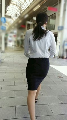 A sexy collection of yet more photographs of young Far East Asian ladies wearing extremely tight skirts as part of elegant suits and uniform. Asian Woman, Asian Girl, Asian Ladies, Sexy Outfits, Eva Longoria Style, Sexy Hips, Very Long Hair, Beautiful Girl Image, One Piece Dress