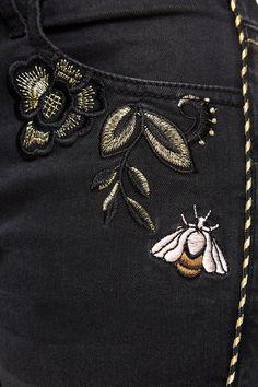 Jeans Pipin Desigual. Descobre a coleção outono/inverno 2017. Devoluções e envios para a loja grátis! Boys Jeans, Blue Denim Jeans, Jeans Pants, Hand Embroidery, Embroidery Designs, Western Wear For Women, Handmade Accessories, Fashion 2020, Detail