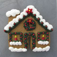 Fun idea for decorating a gingerbread house cookie :) (ornament? Christmas Sugar Cookies, Christmas Sweets, Christmas Goodies, Christmas Baking, Gingerbread House Parties, Gingerbread Houses, Christmas Gingerbread, Best Christmas Recipes, Cookie House