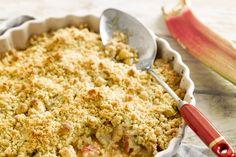 Een heerlijke crumble van rabarber is het ideale dessert voor de lente. Lekker zoet-zurig en poepsimpel om te maken!