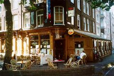 Take a stroll through the Frans Halsstraat with it's many little bars and restaurants around 17.00 to have a drink and bite afterwards. Great atmosphere