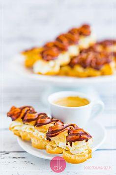 Eklerki - #przepis na domowe eklerki idealne na #karnawał i Tłusty Czwartek lub po prostu na #deser. Delicious Desserts, Waffles, Breakfast, Food, Morning Coffee, Essen, Waffle, Meals, Yemek