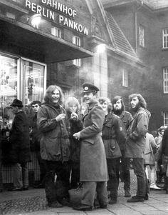 Rebellische Jugendliche mit langen Haaren und Parka, Berlin-Pankow: Graetz...