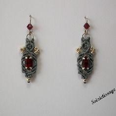 Boucles d'oreille en macramé  avec une navette rouge et des perles rocailles argent