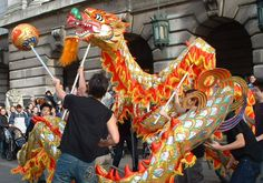 Here we explain the Chinese Dragon Dance custom. Watch a video of a performance. #chinesenewyear
