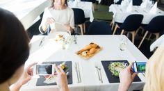 Aufnahmen mit dem Smartphone direkt vor dem Fenster - für ein schönes Food-Foto sollte die Belichtung stimmen, denn auch das leckerste Gericht, wirkt ohne Licht nicht aufregend. Fotos fürs Leben gibt euch 5 Grundregeln für die Food-Fotografie: http://www.fotos-fuers-leben.ch/fotokurs/food-fotografie/5-grundregeln-fur-gute-food-fotos/ #foodfotografie #foodideas