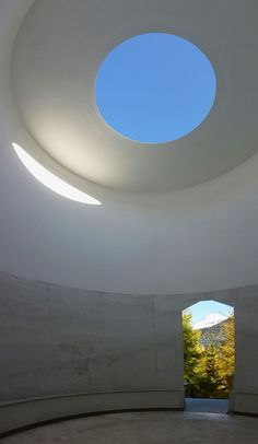 JAMES TURRELL | SkySpaces | Piz Uter, Suiza | 2005 | James Turrell, Round Building, Light Games, Aesthetic Painting, Empty Spaces, Modern Materials, Architecture Details, Installation Art, Outdoor Lighting