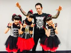 BABYMETAL with Matthew Kiichi Heafy-TRIVIUM photo session at LOUD PARK! He was wearing a nice BABYMETAL T-Shirts \m/