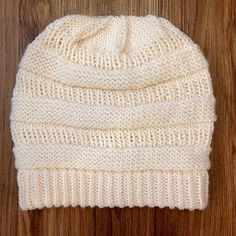 C (Colorado Chick) slouchie beanie I wrote a copycat pattern for the super popular C.C Beanie by Colorado Chick. Loom Knitting, Knitting Patterns Free, Knit Patterns, Free Knitting, Baby Knitting, Beanie Pattern Free, Free Pattern, Knit Crochet, Crochet Hats
