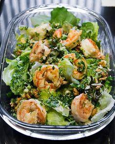 Salada de folhas nobres com camarões e torradas com pesto de rúcula