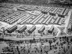 La Unidad Vecinal no. 1 del #IMSS, en #SantaFe, vista desde las alturas en 1957, año de su inauguración. Este conjunto habitacional fue realizado por #MarioPani y #LuisRamos; en la parte inferior se aprecian el #CaminoRealAToluca y el terreno que ahora ocupa la colonia #LaConchita.  Imagen: #ICA #Aerofoto  Vía @Candidman