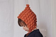 Beguin à pompons tuto. Tutorial (in French) with chart for this cute little hat by Zess.fr.