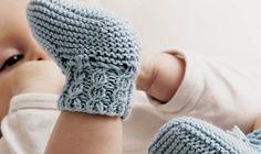 Skønne hjemmestrikkede sokker til baby. Få strikkeopskriften her. Knitting For Kids, Knitting For Beginners, Knitting Socks, Knitted Hats, Knitting Patterns Free, Free Knitting, Baby Knitting, Baby Born, Diy Baby