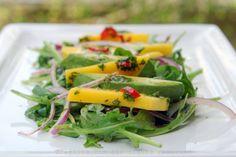 Salada de rucula com abacate e manga