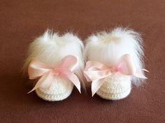 White Baby girl booties with bows - Crochet Baby boots - White Faux Fur Booties - Baby winter boots - White Booties with pink bows Crochet Baby Boots, Booties Crochet, Newborn Crochet, Crochet Slippers, Baby Blanket Crochet, Baby Winter Boots, Baby Girl Boots, Baby Booties, Knitting For Kids