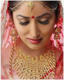 Top Latest Indian bridal makeup looks for soon-to-brides: Bollywood Brides/Divas Wedding Look. Beautiful Indian bridal looks Indian Bridal Makeup, Bridal Makeup Looks, Indian Wedding Jewelry, Bridal Looks, Indian Jewelry, Bridal Jewelry, Wedding Makeup, Bengali Jewellery, Gold Jewellery Design