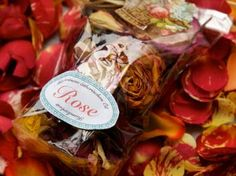 Surprise your loved ones with a fragrant #potpourri of #roses: http://www.1-2-do.com/de/projekt/Ein-schoenes-selbstgemachtes-Mitbringsel-Potpourri/bastelanleitung-zum-selber-basteln/355/