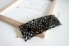 [TUTO] Create an imitation leather jewel with your Silhouette, it's possible! Silhouette Cameo Tutorials, Silhouette Cameo 4, Silhouette Portrait, Crea Cuir, Deco Cuir, Laser Cut Jewelry, Couture Sewing, Textile Jewelry, Leather Jewelry