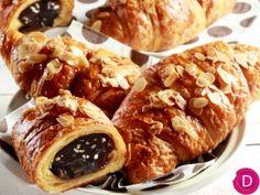 Κρουασάν εύκολα, γεμιστά με σοκολάτα   Είμαστε Γυναίκες   Το απόλυτο γυναικείο περιοδικό Greek Sweets, Breakfast Time, Sweet Bread, Crepes, Baked Potato, Waffles, Pancakes, Sausage, French Toast