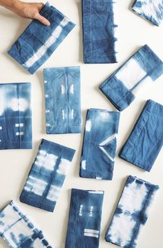 DIY Shibori Indigo Dish Towels Tutorial - Alice and Lois Shibori Fabric, Shibori Tie Dye, Dyeing Fabric, Textile Dyeing, Techniques Shibori, Textiles Techniques, Indigo Dye, Cloth Napkins, Diy Tie Dye Napkins