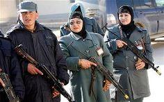 Jamila Bayaz è laprima donna a ricoprire in Afghanistan l'incarico di capo di un distretto di polizia.  Ottimo! Però ci metterei un caricatore in quel mitra.