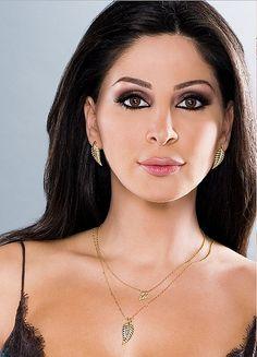 Elissa is the Best connection of the love in the cosmos. Beauty Bar, Beauty Makeup, Hair Makeup, Most Beautiful Women, Beautiful People, Elissa, Arabic Makeup, Arabian Beauty, Arab Women