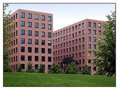 Giorgio Grassi (1935 -) is één van Italië's meest belangrijke moderne architecten.  Zijn uiterst formele werk is gebaseerd op de absolute eenvoud, duidelijkheid en eerlijkheid zonder retoriek of spectaculaire vormen. Kantoor gebouwen Köthener Straße, dicht bij  Potsdamer Platz, Berlin (1993-2001)
