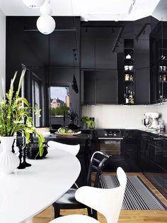 «ЗА»  Черные кухни смотрятся шикарнее. При правильно подобранном освещении интерьер будет выглядеть контрастно и таинственно. При правильном комбинировании цветов черный гарнитур станет изюминкой интерьера и отлично впишется в любой интерьер. Любите минимализм –  выберите гладкие, матовые, фасады. Классику, стиль арт-деко – сочетайте мраморную столешницу и хрустальные люстры. Легкости в интерьер придадут шкафы с дверцами из стекла