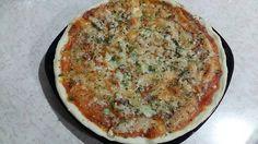 Pizza de masa sin levadura con cerveza