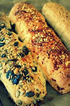 Das perfekte Brot: Drei mediterrane Baguettes mit dem Thermomix-Rezept mit einfa… The perfect bread: Three Mediterranean baguettes with the Thermomix recipe with simple step-by-step instructions: Flour, salt, yeast and sugar in the … Pain Thermomix, Thermomix Bread, Pizza Hut, Raw Food Recipes, Bread Recipes, Sandwiches, Tumblr Food, Pampered Chef, Bread Baking