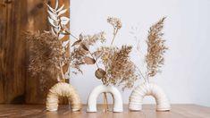 Unglaublich einfache Anleitung: Bogen-Vasen aus Modelliermasse für Trockenblumen Macrame, Candle Holders, Candles, Diy Blog, Project Ideas, Decorative Knots, Macrame Owl, Porta Velas, Candy