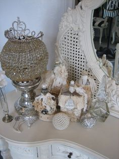 Thanks to my sweet catarinaqueen Boal Pontes Pereira Shabby Cottage, Shabby Chic Homes, Cottage Chic, Cottage Style, Perfume Display, Bottle Display, Shabby Chic Vanity, Romantic Shabby Chic, Vanity Table Vintage