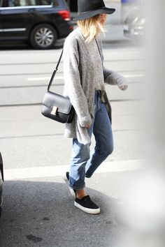 Acne cardigan and jeans, Celine bag, Janessa Leone hat and black slippers Looks Style, Looks Cool, Style Casual, Style Me, Comfy Casual, Casual Chic, Sporty Chic, Casual Jeans, Casual Fall