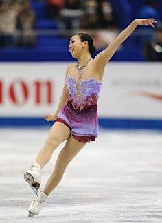 女子SPで首位に立った浅田真央の演技=5日、マリンメッセ福岡 【時事通信社】 (327×450)