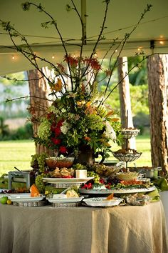 Love this one because of the ideas of using silver trays as pedestals Table Design by Carol Rame Centerpieces - Flowers by Heidi Buffet table with fabulous arrangement Courtyard Table Setting Baby Shower Decoration Vintage Buffet En Plein Air, Fingers Food, Outdoor Buffet, Party Buffet, Lunch Buffet, Food Buffet, Buffet Set Up, Breakfast Buffet, Food Platters