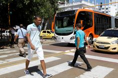 Una de las grandes tareas que tienen los cartageneros de cara a la llegada de Transcaribe es aprender a cruzar la calle para evitar accidentes con resultados fatales con los buses articulados del sistema.