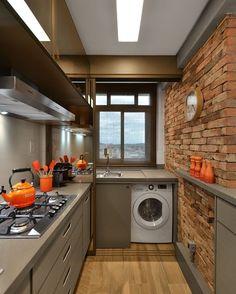 Nesse projeto a lavanderia ficou em um cantinho da cozinha e a máquina de lavar ainda pode ficar escondida. Via Pinterest. #lardecora#home #homedecor #homedesign #decoration #homedetails #instahome #intadecor #design #decor #interiordetails #homeinterior #interiores #decorate #homedecoration #homestyle #decorar  #decoraçãodeinteriores #decoração #interior#interiordesing#inspiração