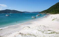 A praia do Farol, em Arraial do Cabo, encanta por suas águas geladas de cor azulada e areia branquinha - Foto: Getty Images