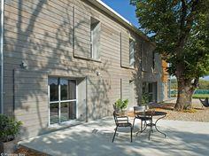 Magnifique bardage en douglas lasuré gris vieux bois pour colorer discrètement la façade et lui conférer un aspect contemporain. Largo, 100 x 20 cm,102,92€ le m², Piveteau Bois
