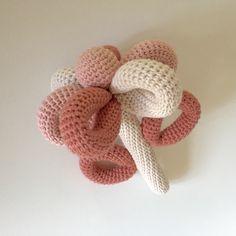 """Hæklet blomsterrangle med raslelydi i eget design  #hækle #hæklet #hækling #crochet #crocheting #crochetaddict #virka…"""""""